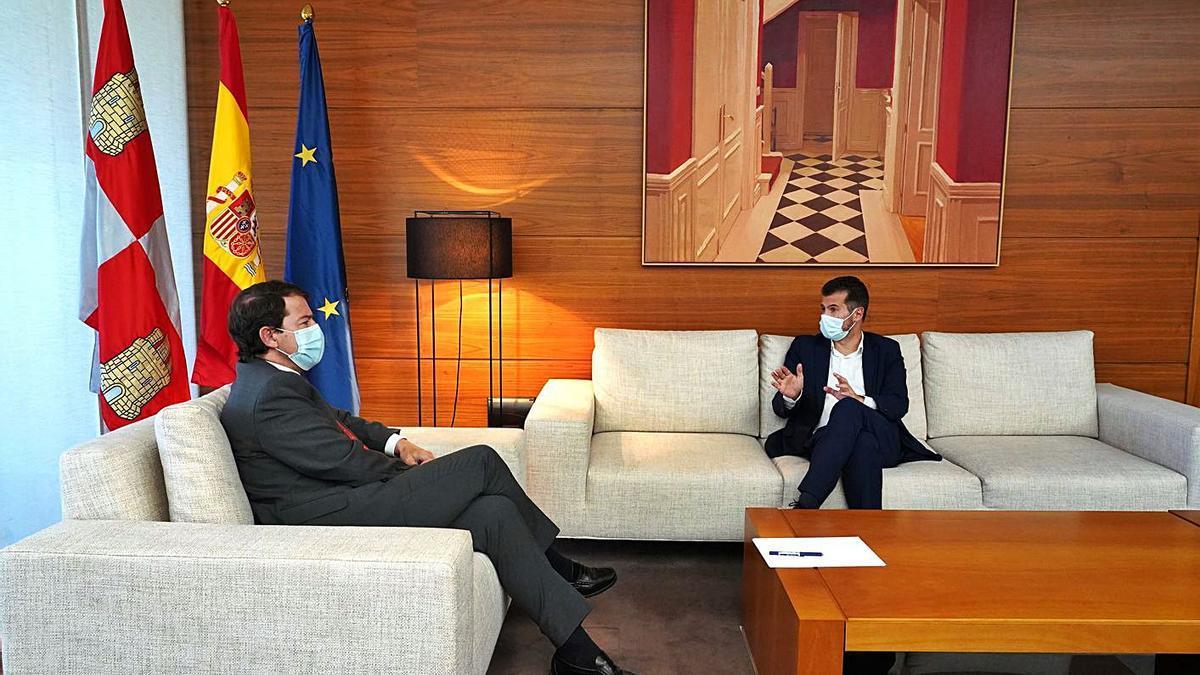El presidente Mañueco y el líder de la oposición, Luis Tudanca, durante su reunión de ayer.