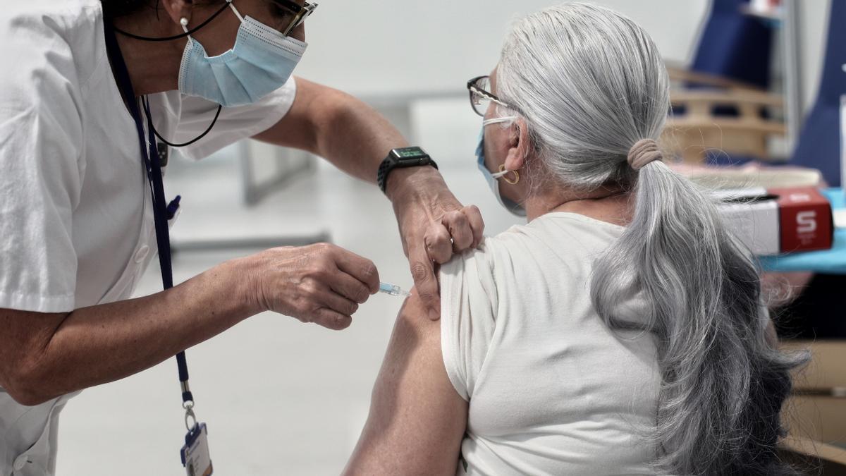 Una mujer recibe la vacuna en el Hospital Zendal de Madrid.