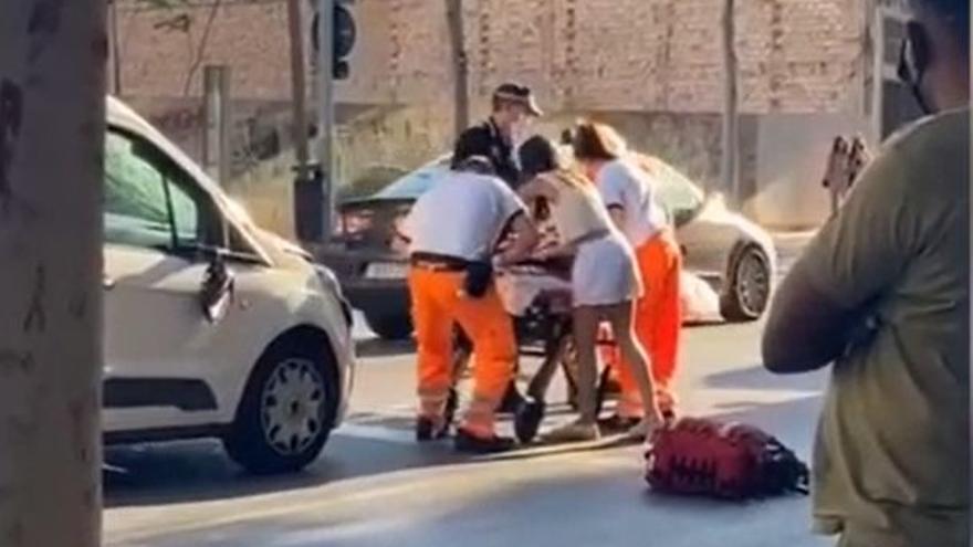 Momento en el que la herida es trasladada con la ambulancia.