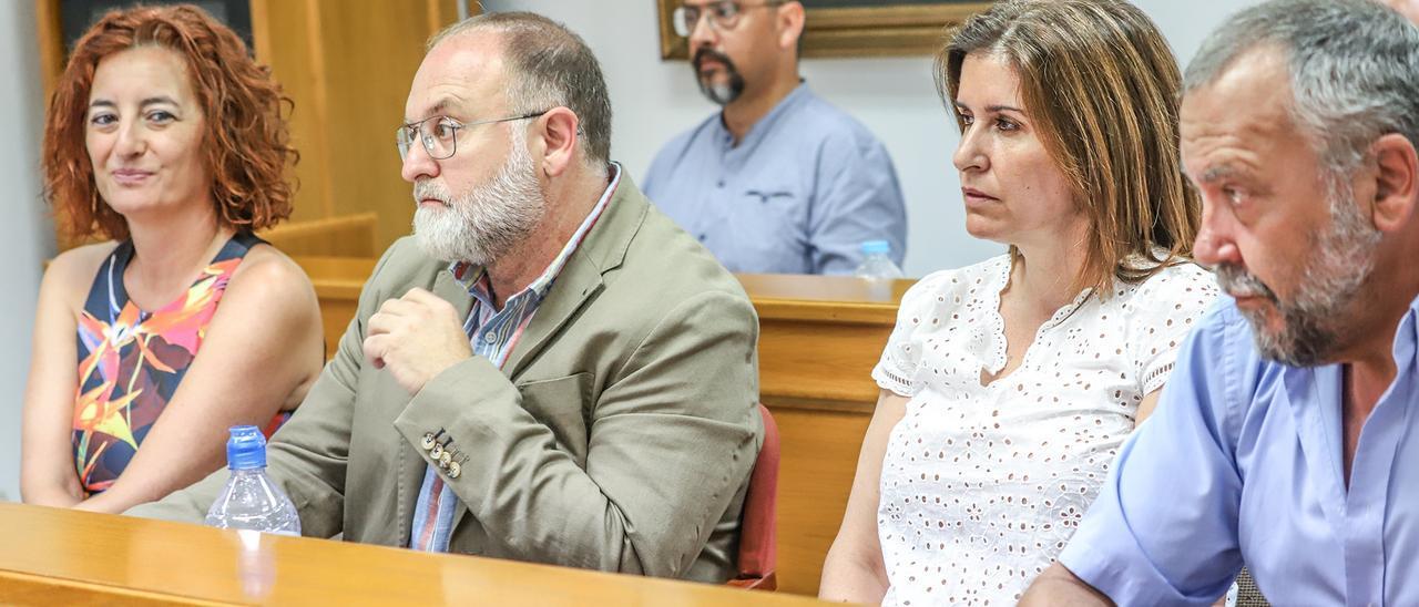 Imagen de los cinco concejales del grupo municipal socialista. De izquierda a derecha,  Fanny Serrano, Andrés Antón, Ana Pérez Torregrosa, Andrés Navarro,  y en segundo término, Rodolfo Carmona