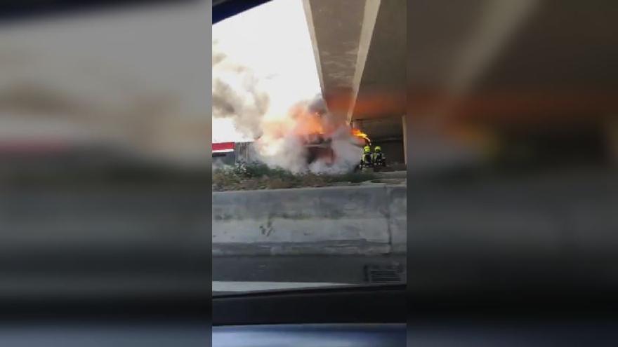 Arde un autobús de la EMT en la V-30 que venía de la revisión técnica