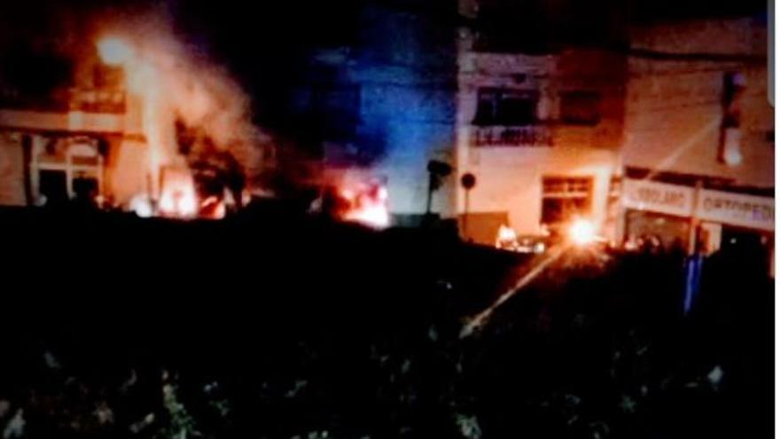 Un voraz incendio arrasa El Kilo en Arona