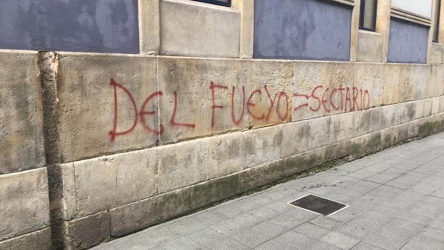 Pintadas contra Mario Suárez del Fueyo en el Colegio Jovellanos