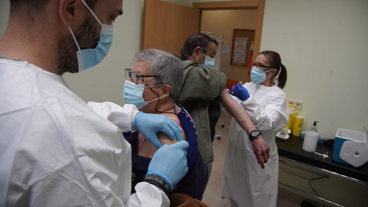 Mayores de 70 años vacunados esta mañana en el consultorio médico de Morales