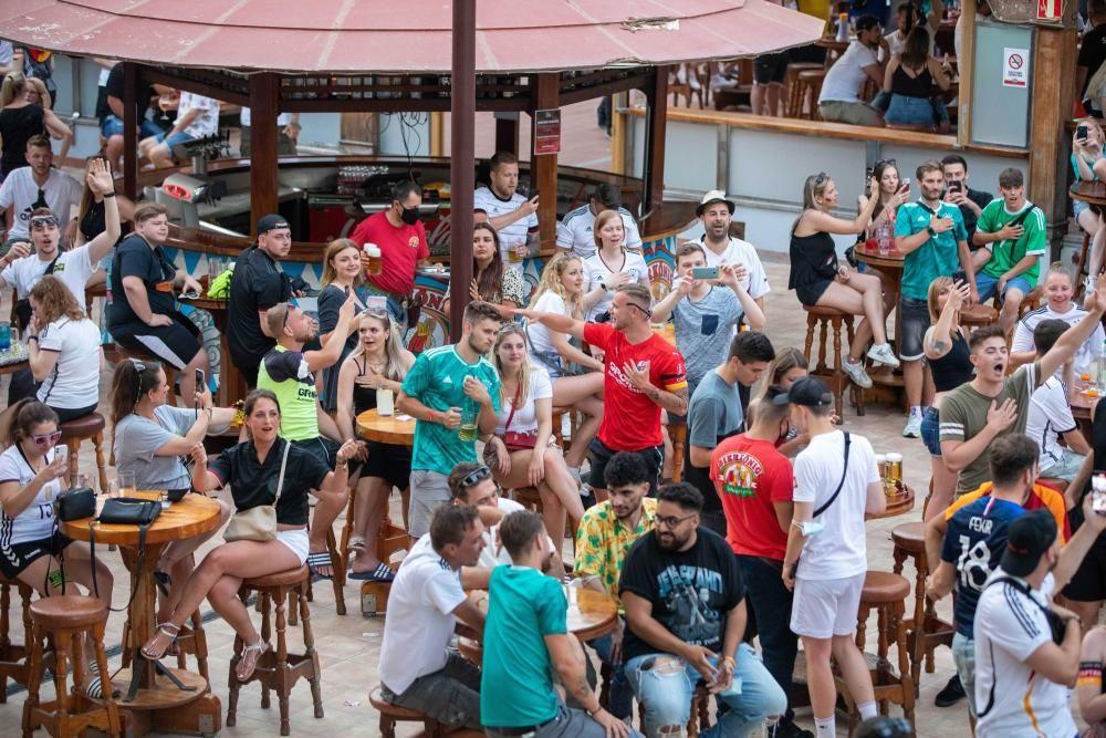 Mehr Biergarten-Atmosphäre als Rudelgucken: Fans beim EM-Spiel Deutschland gegen Frankreich am Dienstag (19.6.) in dem Kultlokal Bierkönig.