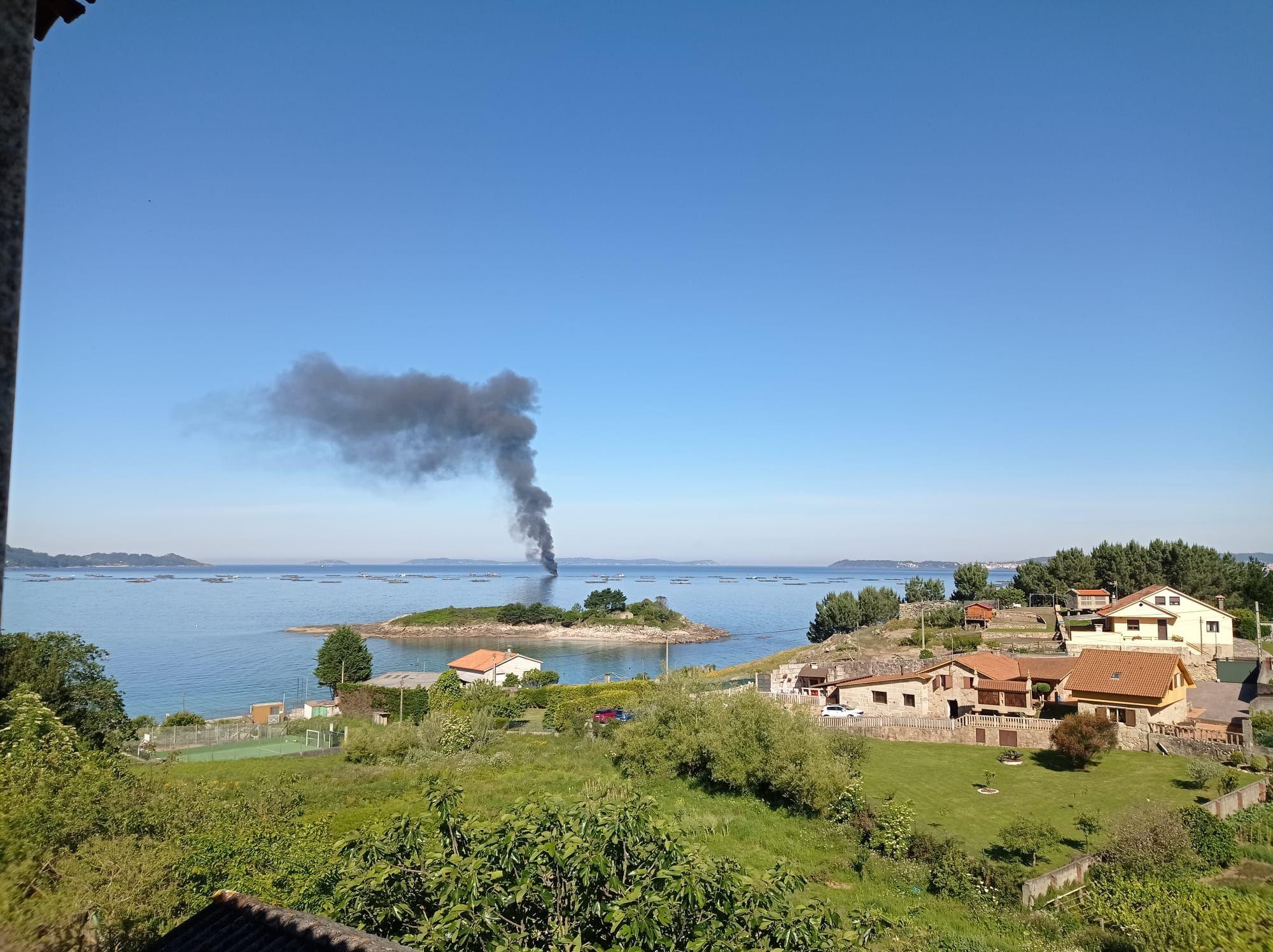 Incendio en un barco bateeiro en Bueu