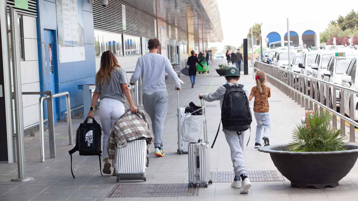 Turistas en el aeropuerto de Ibiza