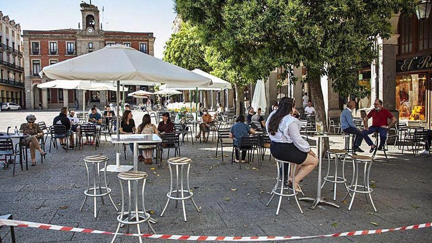 Mañueco ofrece la apertura de las terrazas en Castilla y León