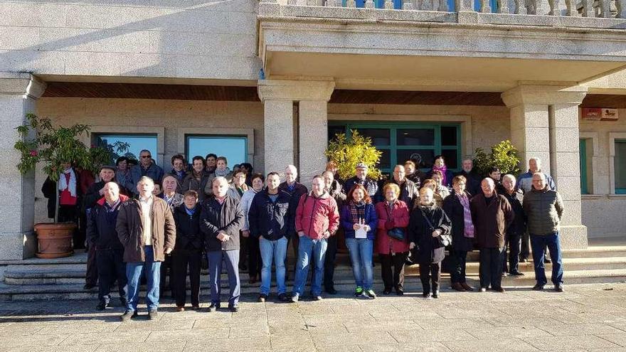 Los vecinos de Cruces visitan Corrubedo y Castro Baroña