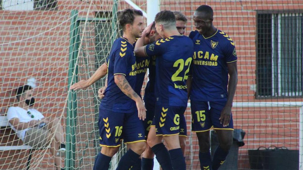 El UCAM Murcia celebra el gol de penalti de Eneko Jauregi