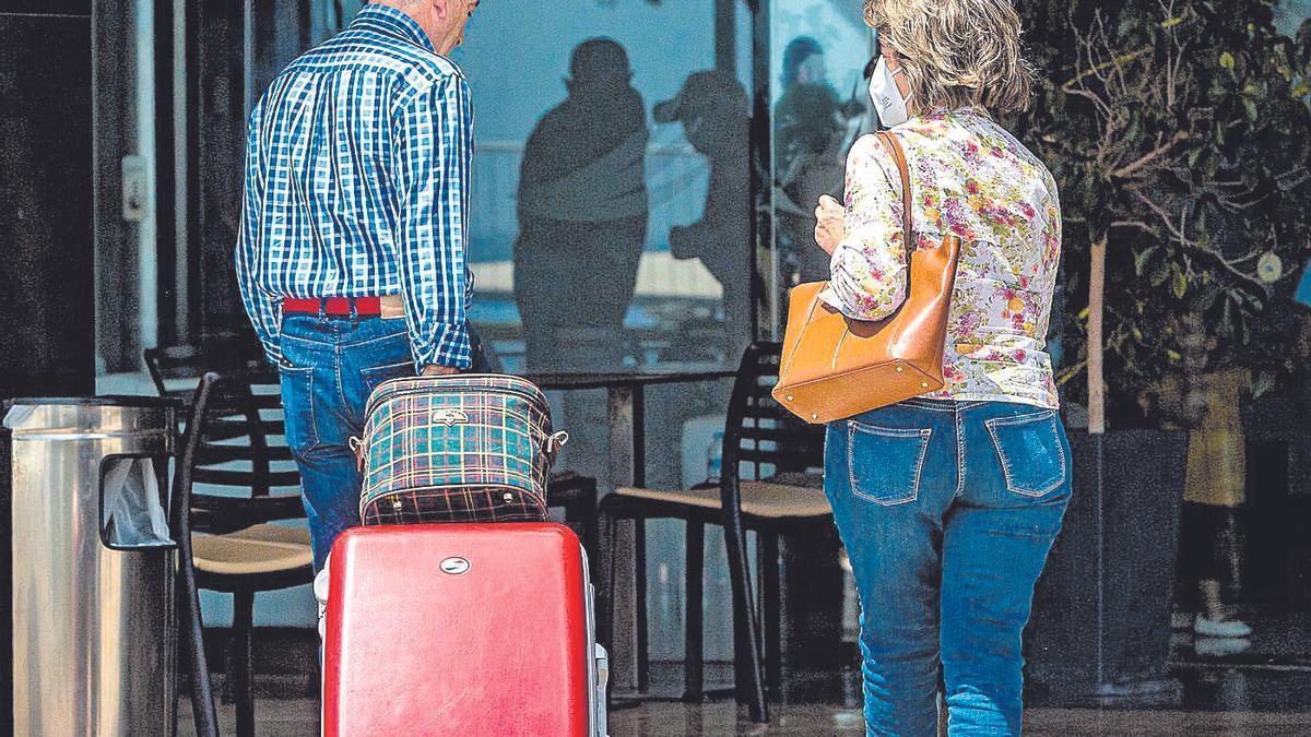 Dos clientes entran en un establecimiento hotelero.