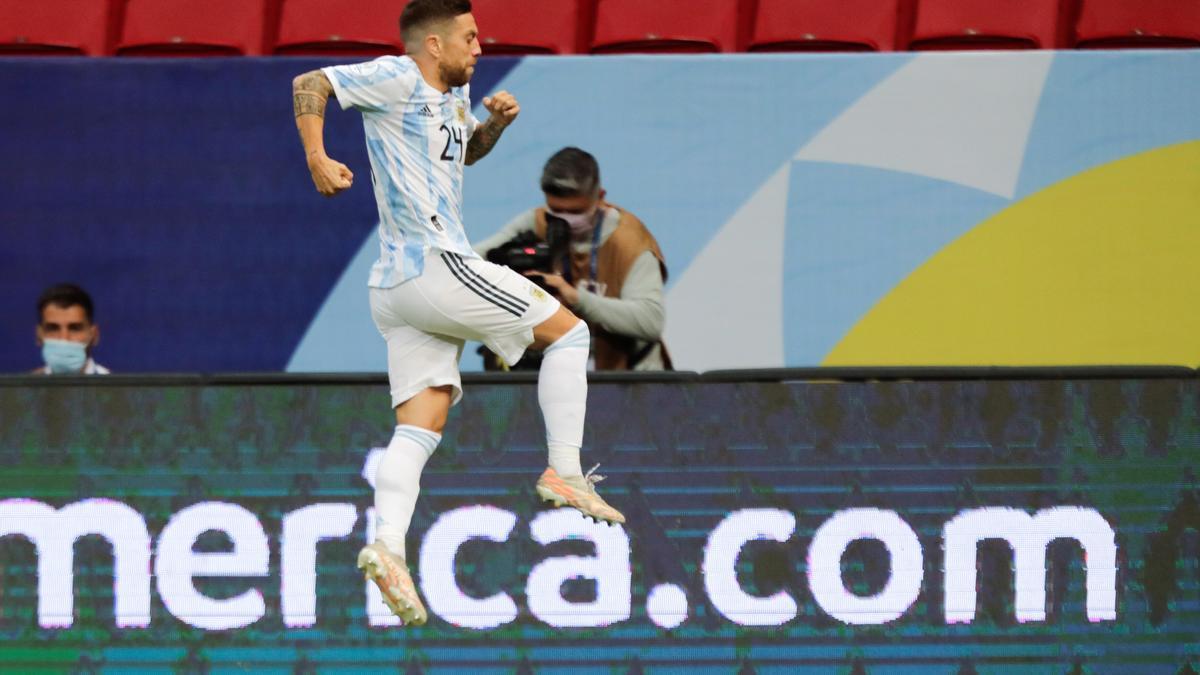 Alejandro 'Papu' Gómez celebra su gol en el Argentina - Paraguay.