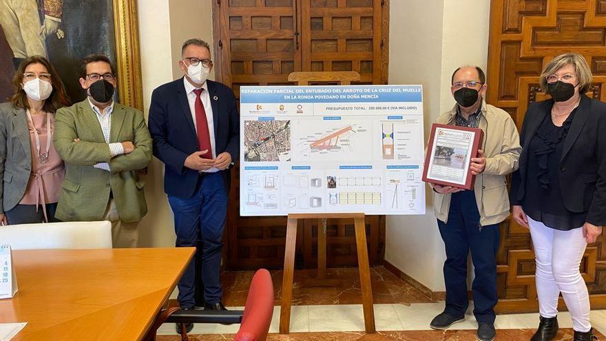 La Diputación entrega el proyecto de intervención en el arroyo que provoca los socavones en Doña Mencía
