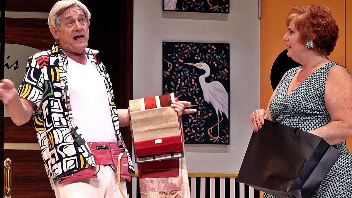 Josema Yuste en una representación de 'Sé infiel y no mires con quién', con Teté Delgado.   | // LA OPINIÓN