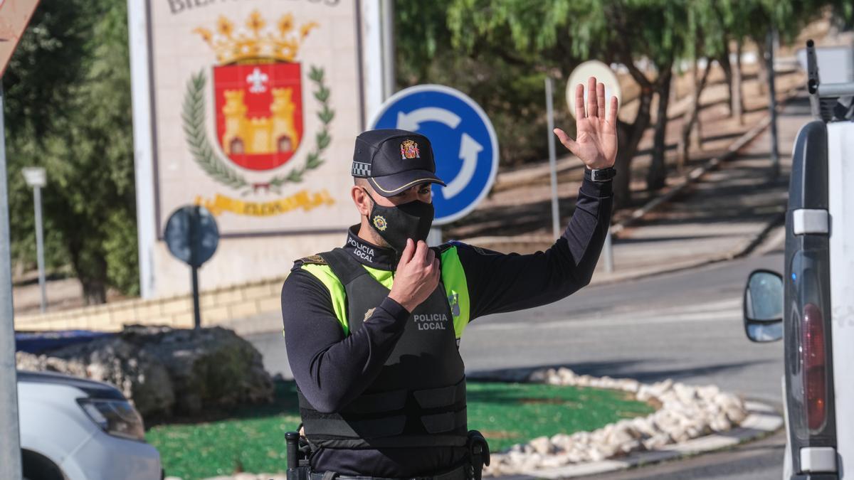 Un agente controlando el acceso de vehículos a Elda durante el cierre perimetral.