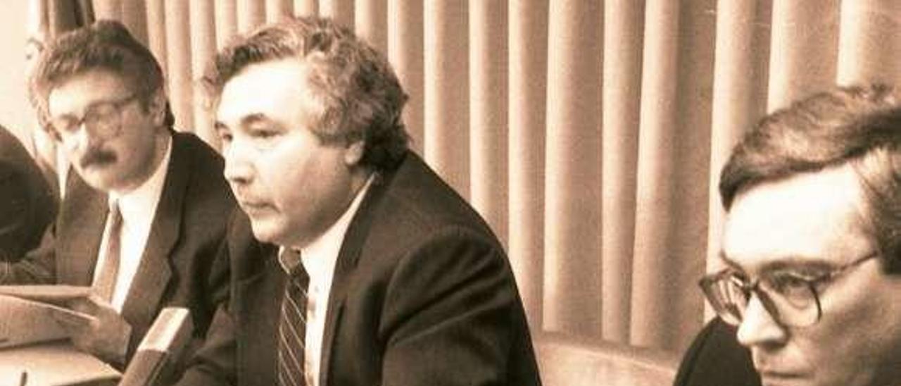 """Castells, en el centro, entre Antonio Trevín (a la izquierda), entonces presidente del Principado, y Juan Vázquez, al presentar, en 1994, el """"programa ERA"""", cuyo libro resumen aparece en primer término."""