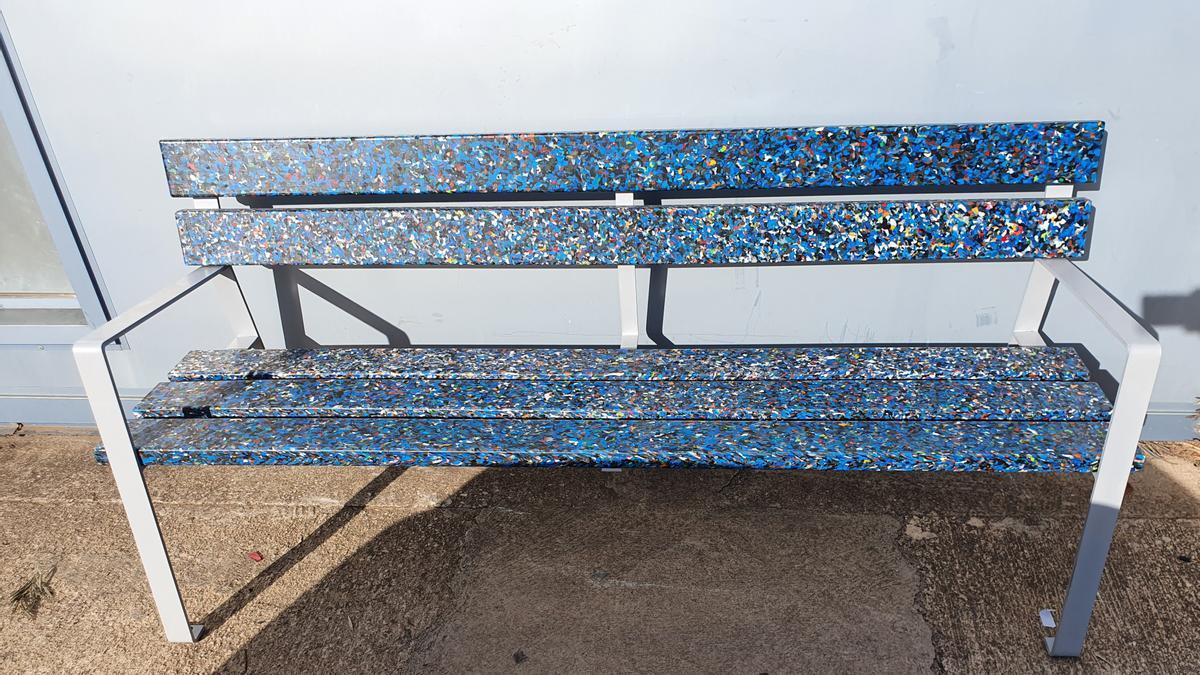 Reciclan tapones de plástico para construir mobiliario urbano en Onda.