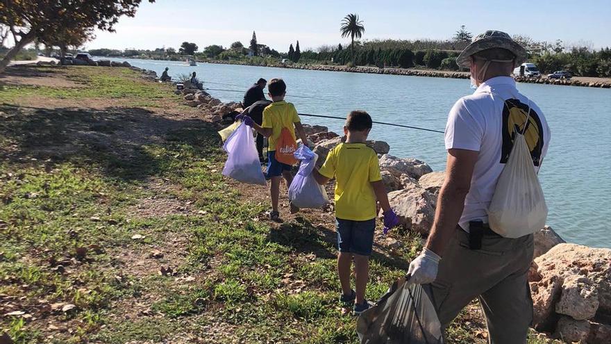 Los voluntarios de Sueca mejoran el hábitat del chortilejo en la playa de Motilla