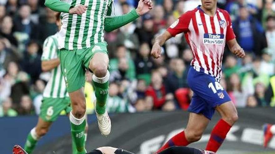 El Betis impide al Atlético recortar puntos con el Barcelona