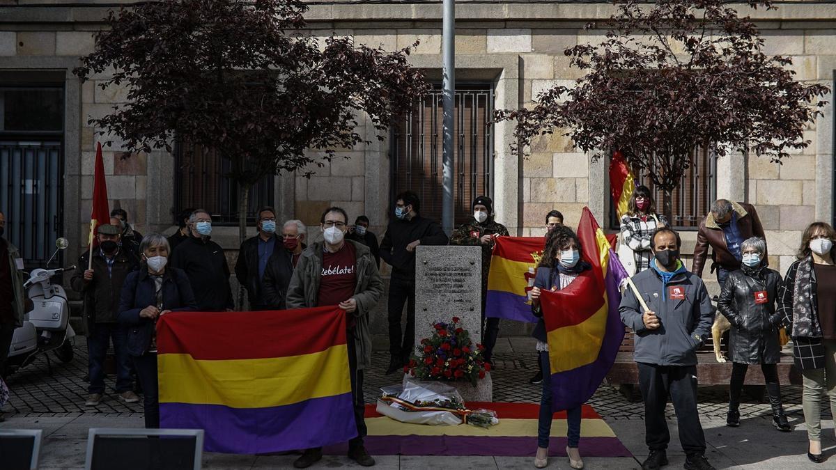 Asistentes al acto de homenaje por el 90 aniversario de la II República