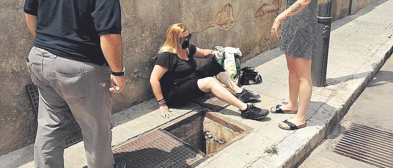 La mujer resultó herida al caer en esta trampa en una acera de Palma.
