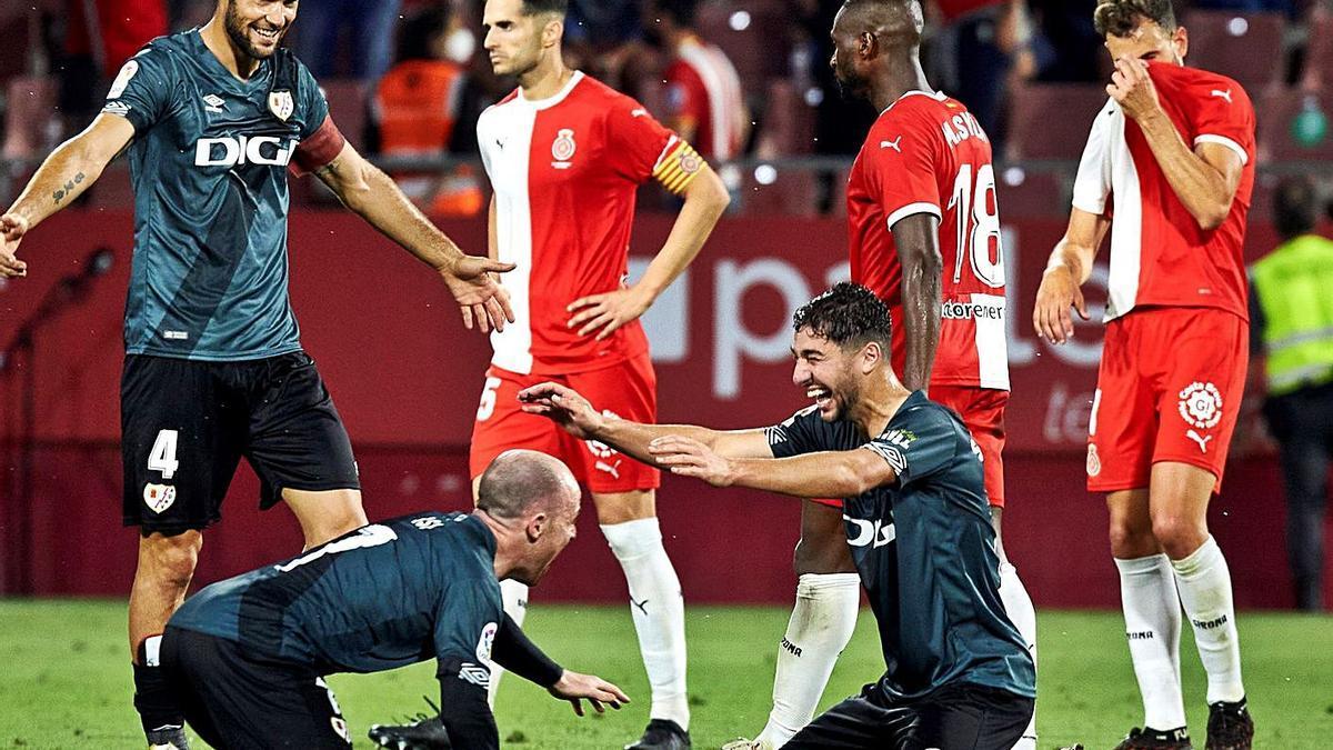 La celebración de los jugadores del Rayo por su ascenso a Primera y la tristeza de los futbolistas del Girona.