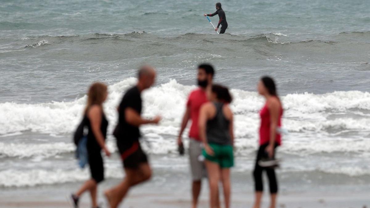 Usuarios en la playa de las Arenas.