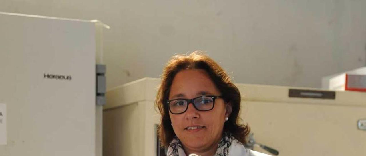 Rosa Pando, en Villaviciosa, con el cepario de bacterias, que mantienen a -190 grados en nitrógeno líquido.