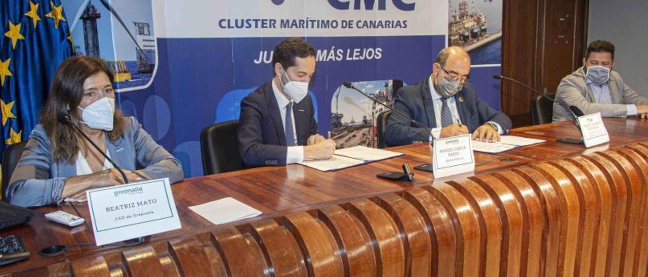 Manuel García y Vicente Marrero firman el acuerdo en presencia de la directora de Desarrollo Corporativo de Greenalia, Beatriz Mato, y Guillermo Ramos, de Zamakona.      LP/DLP