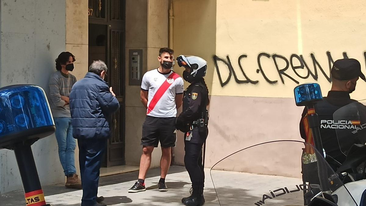 Varios activistas son identificados tras intentar impedir el desahucio.