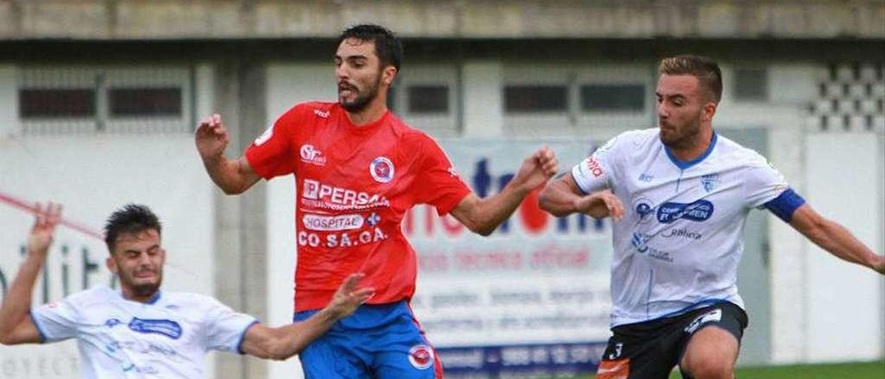 Dani Pedrosa, entre dos defensores del Ourense CF durante el derbi de la primera vuelta. // Iñaki Osorio