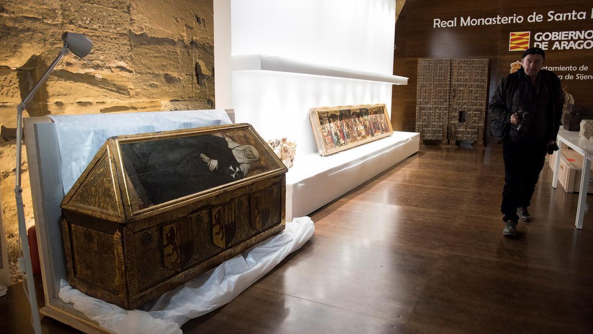 Un visitante del Museo de Sijena, ante varias piezas recuperadas por Aragón.