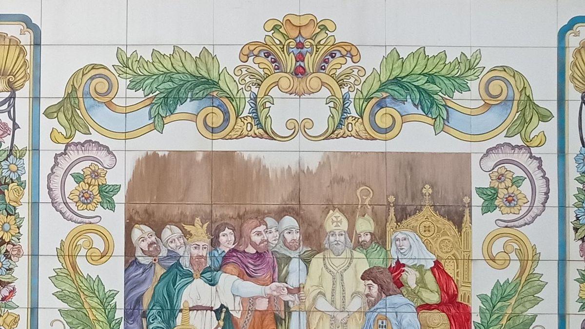 Mural de cerámica de la plaza Na Violant que representa una escena histórica de Castelló.