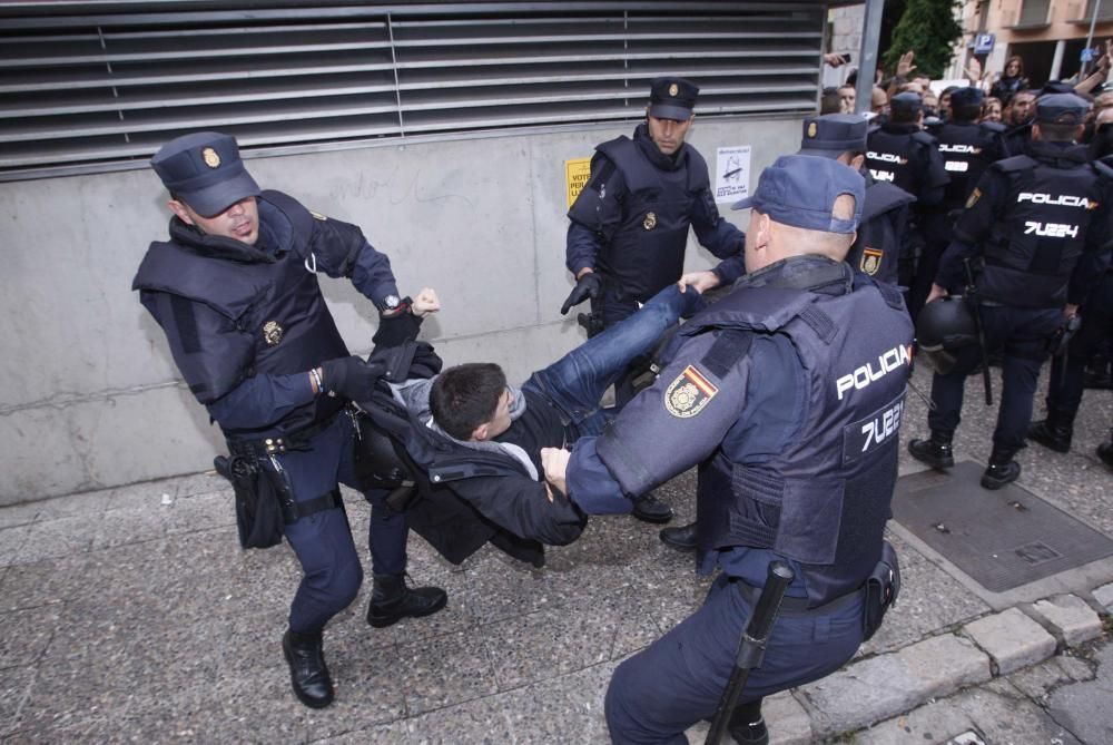 Guàrdia Civil i Policia Nacional desallotgen amb violència col·legis electorals gironins