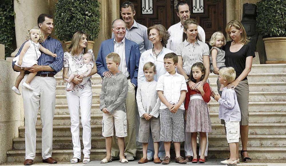 La Familia Real posaba al completo en el año 2006 ante la escalinata de Marivent.
