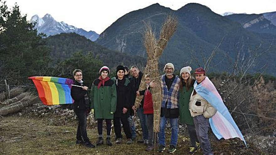 Activistes berguedans LGTB de Talcomsom es fotografien a la Fia-faia per tal de visibilitzar-se