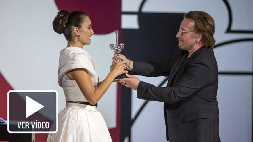 Penélope Cruz recibe el Premio Donostia de las manos de Bono de U2