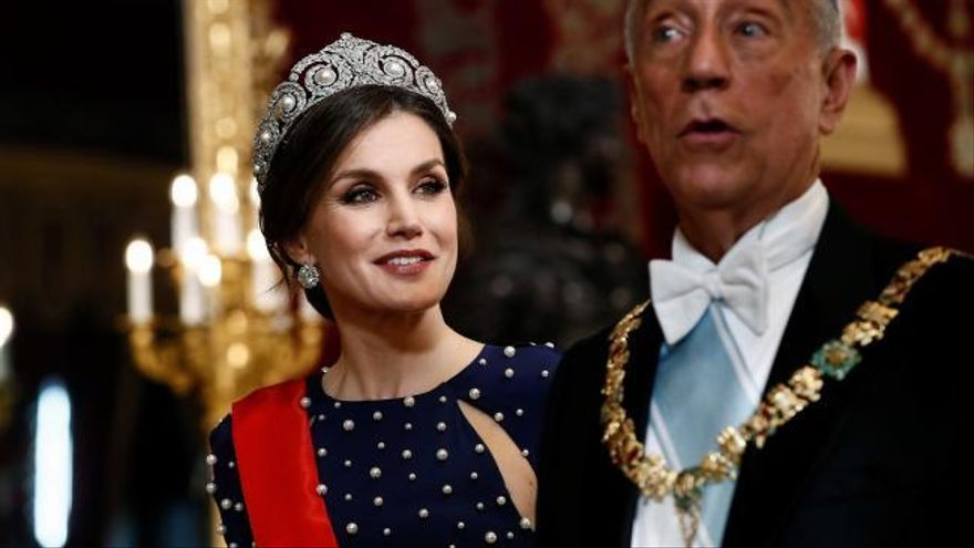 La Reina Letizia deslumbra con un vestido de alfombra roja y nueva tiara