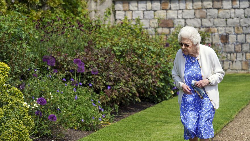 La Reina de Inglaterra recibe una rosa conmemorativa con el nombre del Duque de Edimburgo