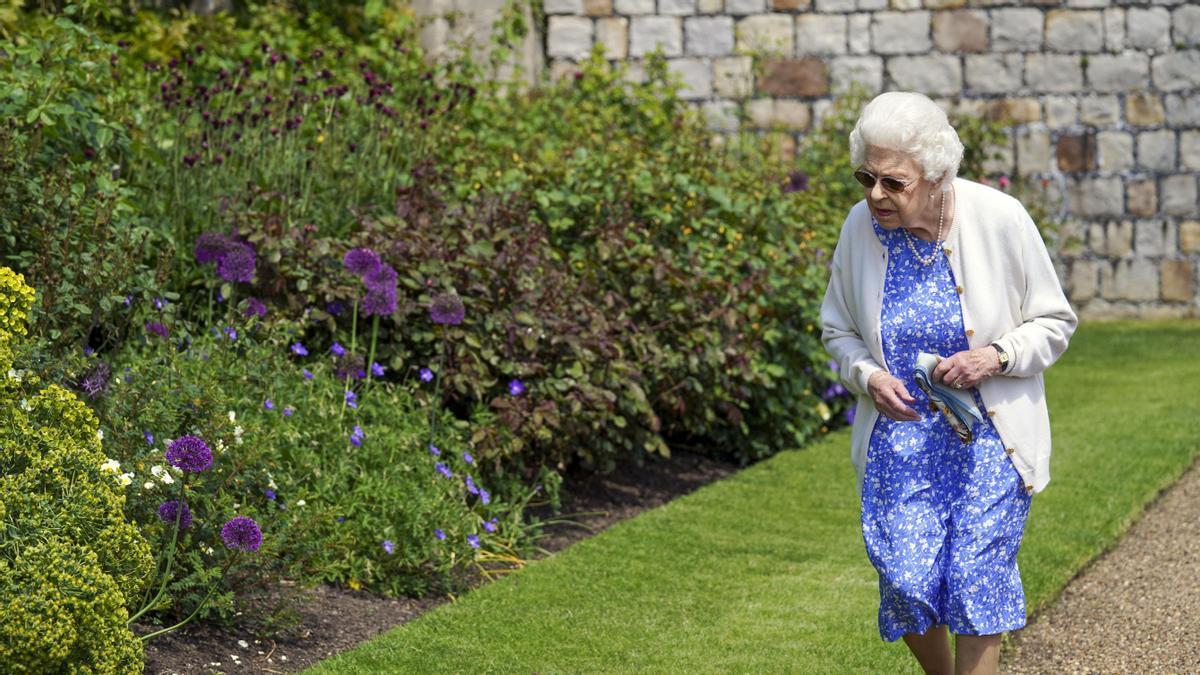 La reina Isabel II en los jardines del castillo de Windsor