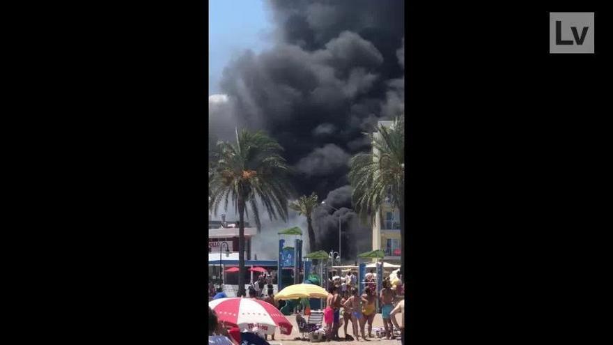 Espectacular incendio en el hotel Trinimar de Benicàssim