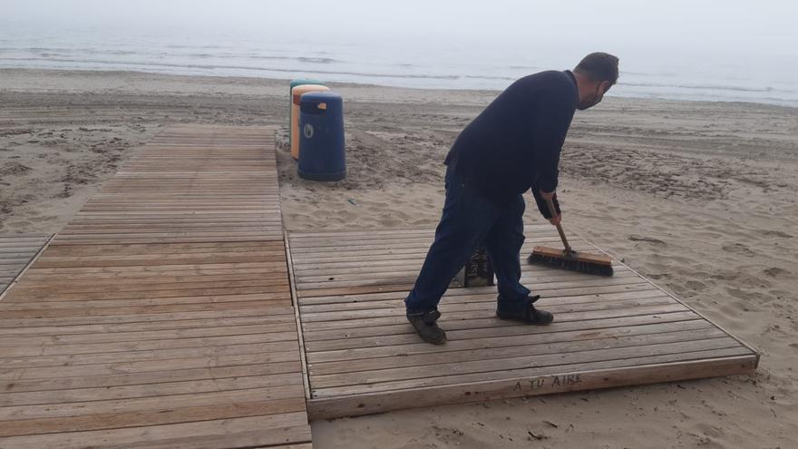 Arroyo anuncia el refuerzo de la limpieza en las playas del litoral