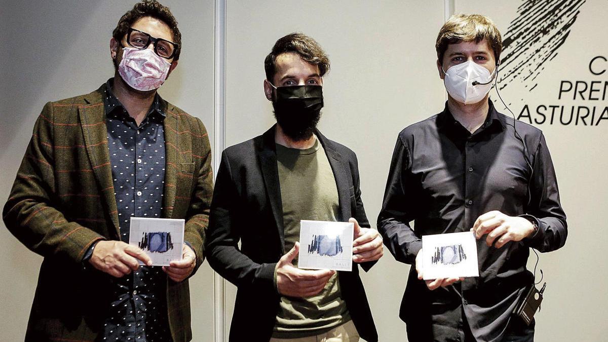 """Por la izquierda, Aarón Zapico, Pablo Zapico y Eduardo Salueña, con el nuevo disco de """"Forma Antiqva"""", en el Club Prensa Asturiana."""
