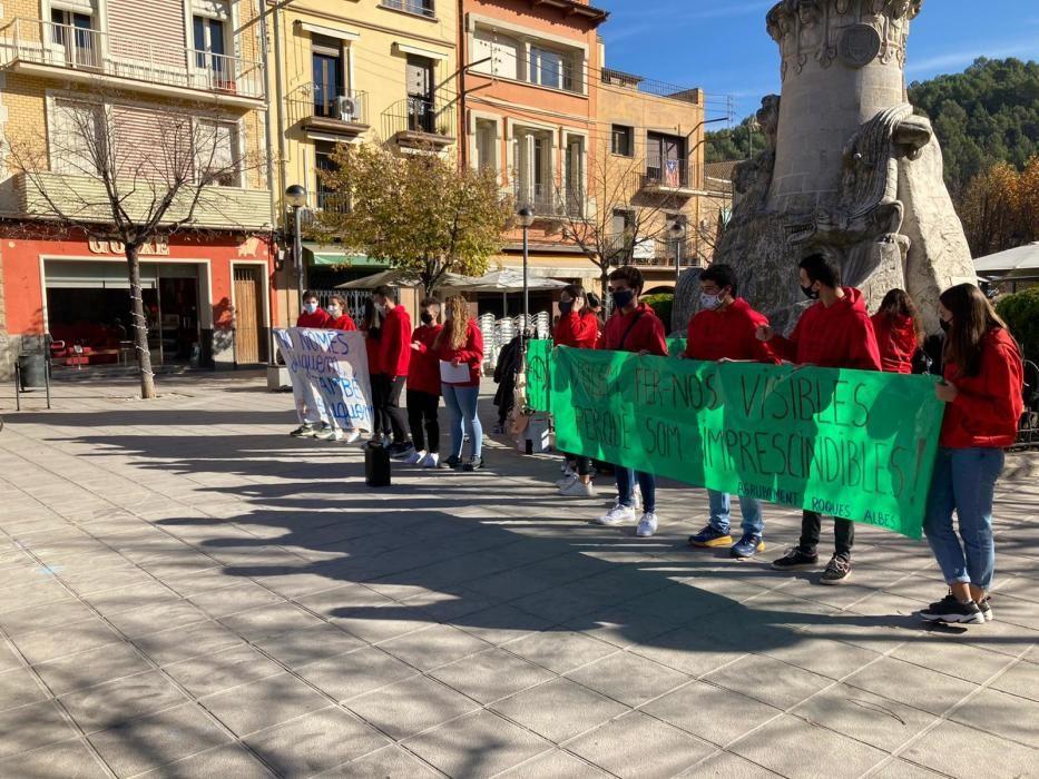 Monitores de l'esplai Roques Albes omplen els carrers de Sallent per visibilitzar la importància que té l'educació en el lleure