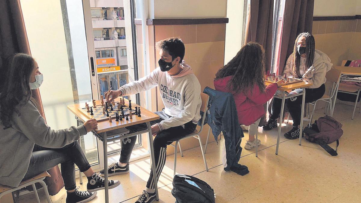 Alumnat de l'IES Lluís Vives de València, jugant una partida d'escacs.