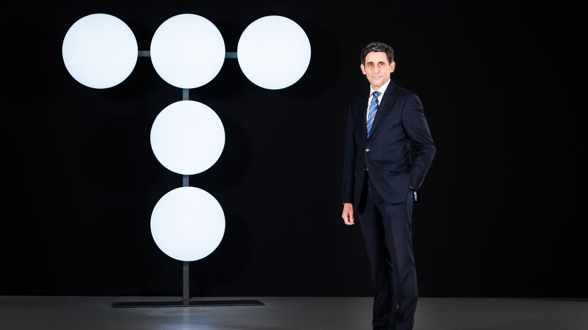 El presidente de Telefónica, José María Álvarez-Pallete, con el nuevo logo.