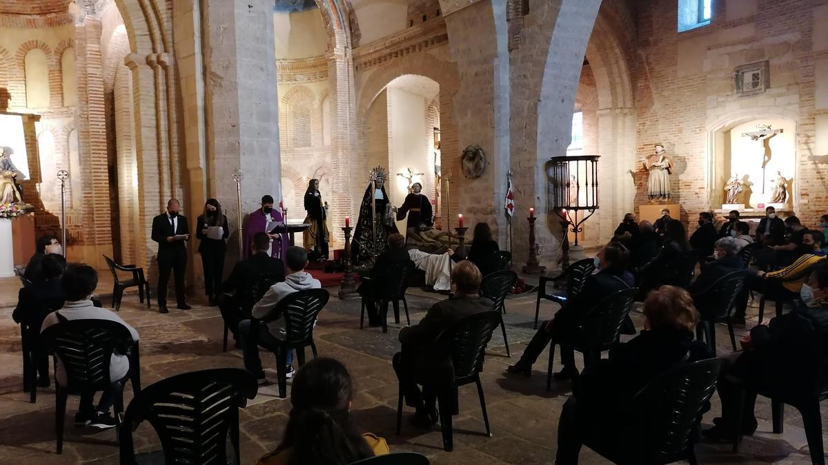 """Cofrades de la Asociación en el rezo de las """"Cinco llagas"""" de la pasada Semana Santa"""