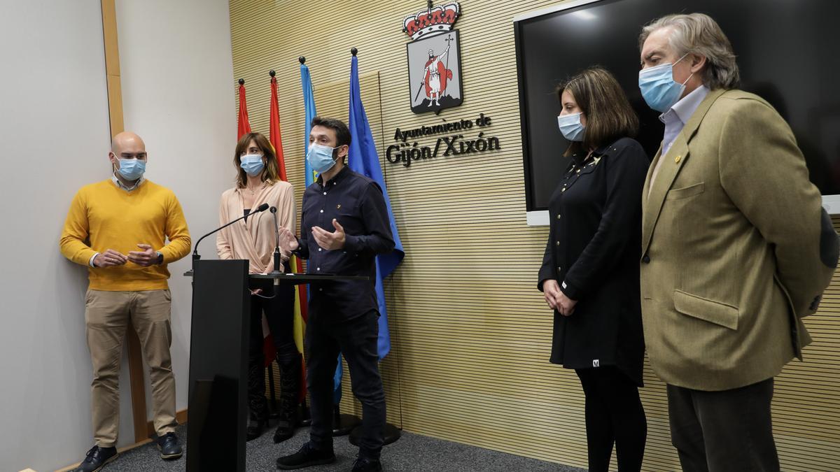 Por la izquierda, Jesús Martínez Salvador, Ana Isabel Menéndez, Juan Chaves, María Muñiz y Alberto López-Asenjo