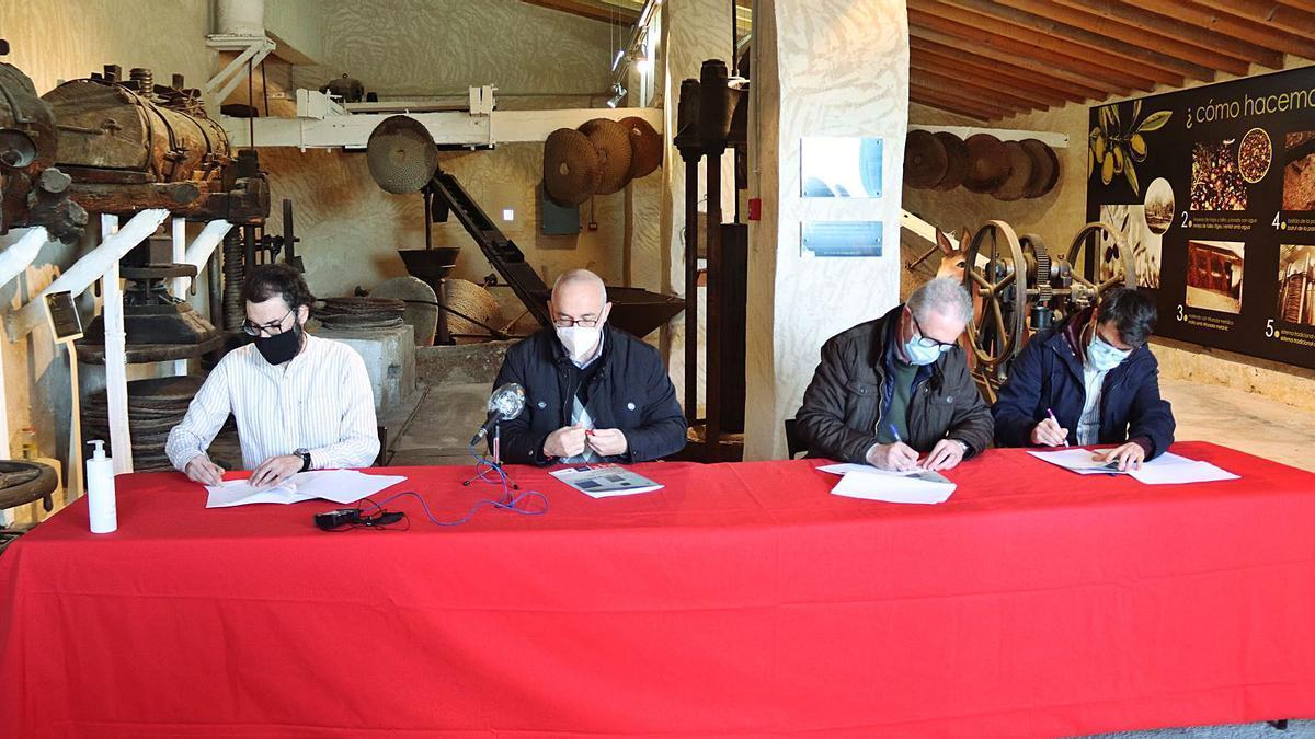 El alcalde, Jesús Villar (PSOE), y los portavoces de los otros tres grupos durante la firma el acuerdo para los presupuestos de 2021.
