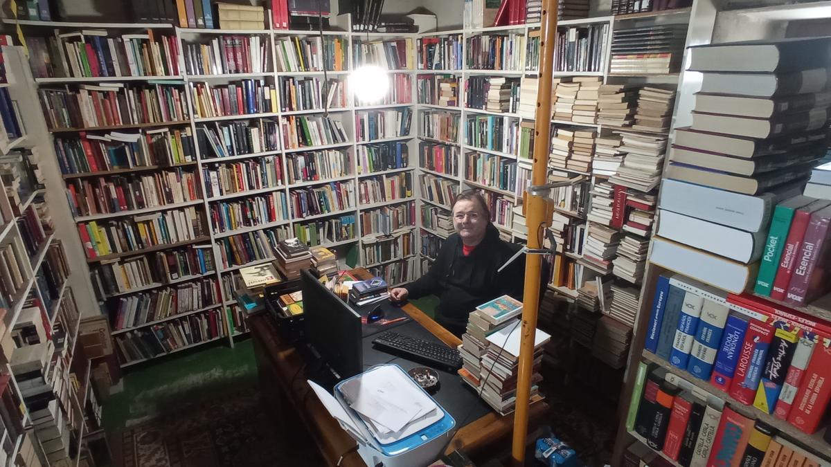 Hay unos 50.000 libros en la laberíntica casa de Pep y Ana en Azanuy